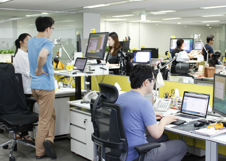 Employees at local IT firm Kakao work on their height-adjustable desks at its headquarters in Pangyo Techno Valley, Bundang, Gyeonggi Province. More people are opting to work on their feet, as the benefits of standing-desks at workplaces gain recognition. (Courtesy of Kakao)