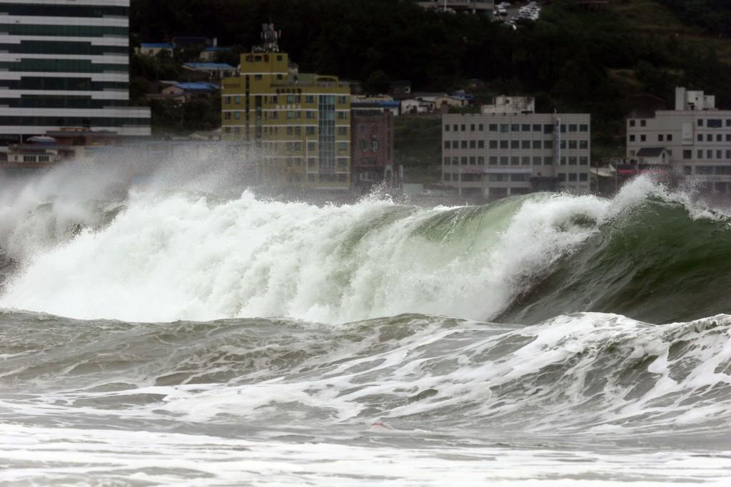 Typhoon Nakri brought huge waves to Haeundae beach in Busan, Korea. (Yonhap)