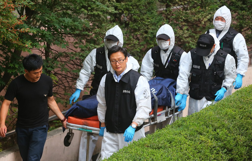 The body of an Army draftee is moved from his home in Seoul on Aug. 12, 2014. He was found dead the previous day along with his colleague in apparents suicides, according to authorities. (Yonhap)