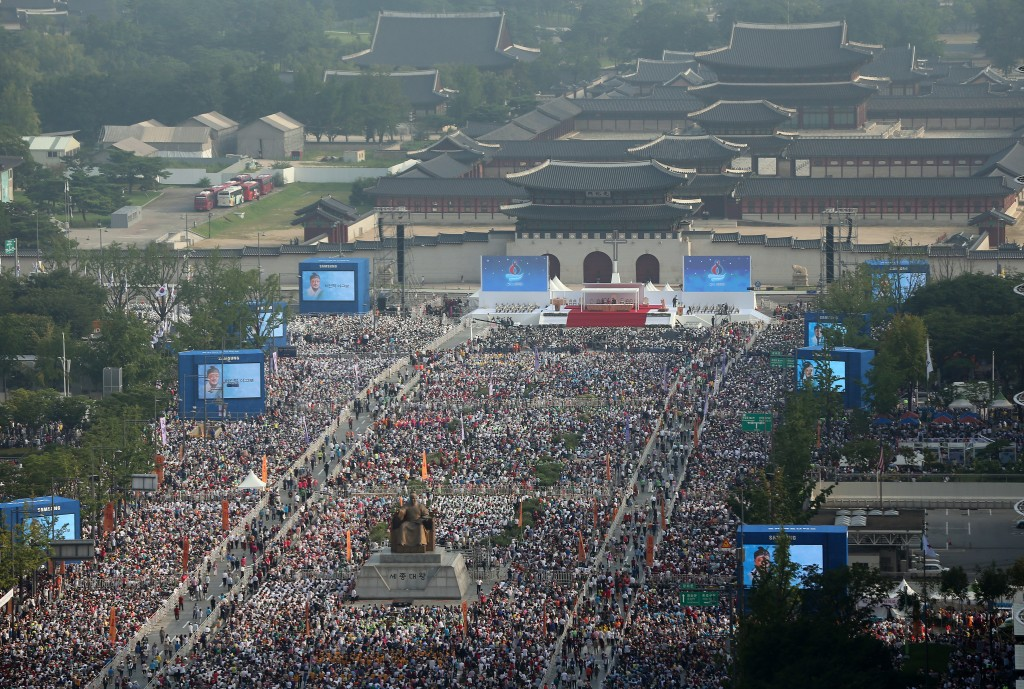 The beatification ceremony will be held for more than two hours from 10 a.m. at Gwanghwamun Square in Seoul's city center with some 170,000 invited guests attending, according to the committee organizing the papal visit. But the authorities say up to 1 million people are expected to gather in the area to get a glimpse of the pope. (Yonhap)