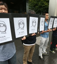 An advocacy group dealing with deaths and illness among Samsung Electronics employees stages a protest in front of Samsung Electronics building. (Yonhap)