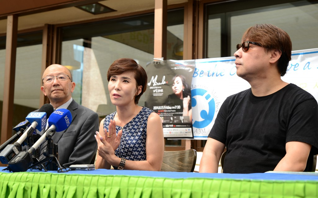 Jang Hye-jin, middle, at a press conference about her free Aug. 15 concert to benefit bone marrow donations. (Kim Young-jae/The Korea Times)