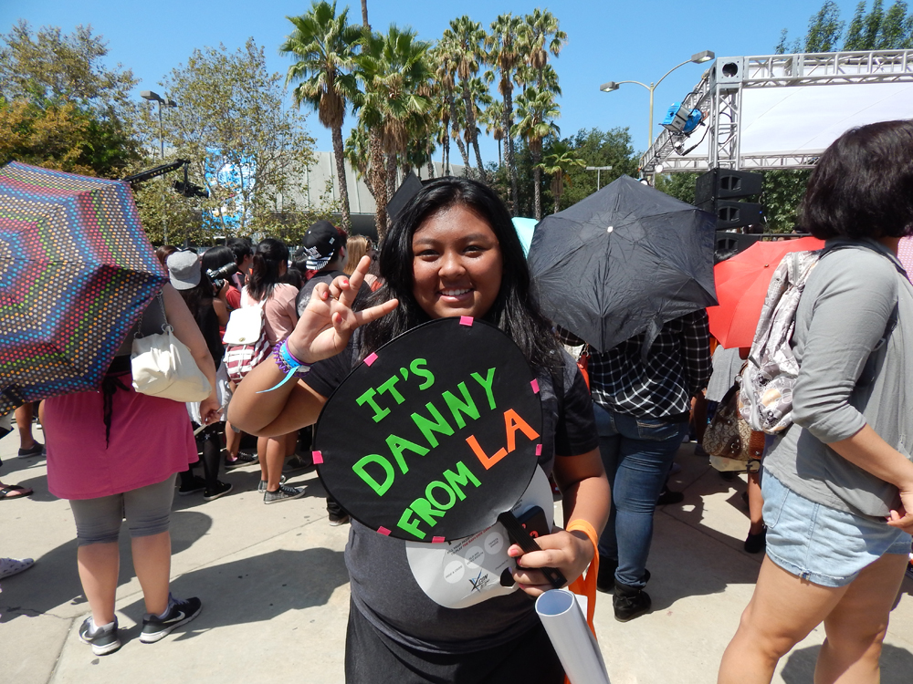 A fan with a DFLA sign poses at KCON 2014. (Tae Hong/The Korea Times)
