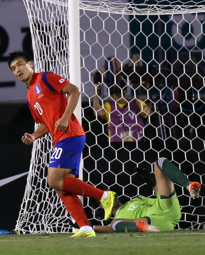 Lee Dong-gook starts to celebrate after scoring Korea's second goal of the game. (Yonhap)