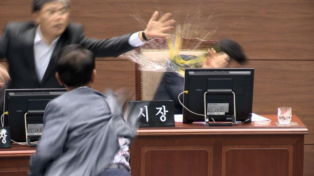Councilman Kim Seong-il throws an egg to Changwon mayor Ahn Sang-soo. (Yonhap)