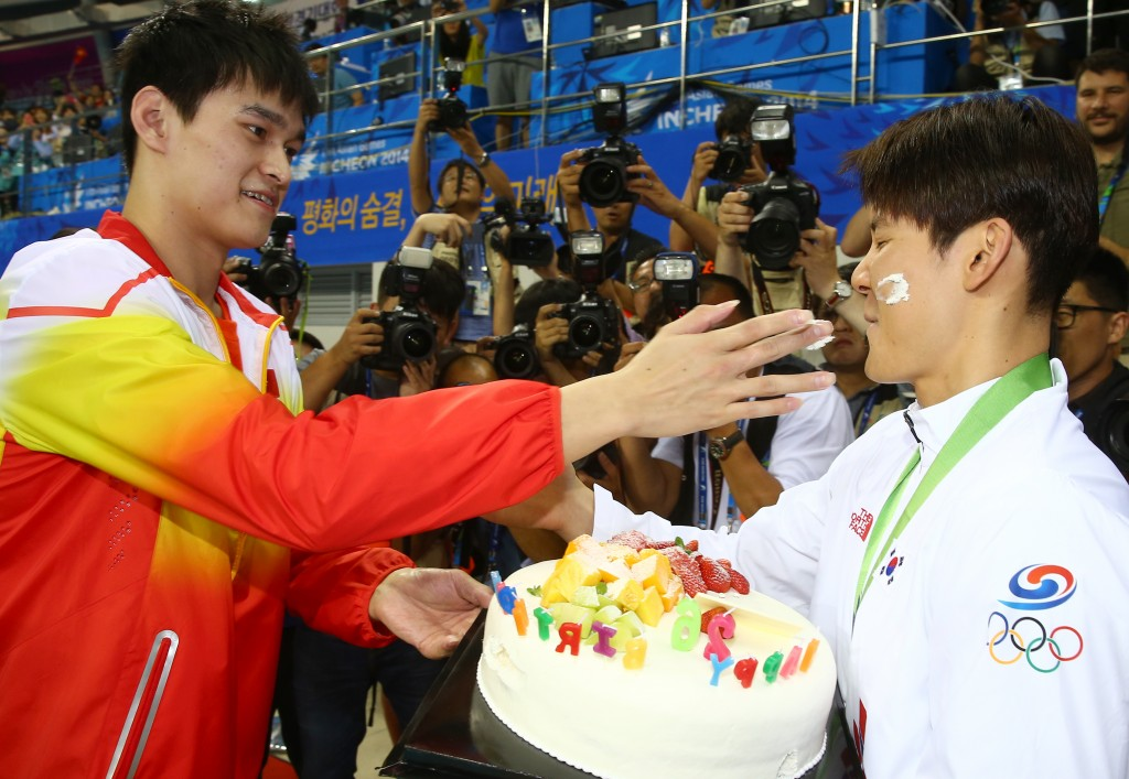 After the medal ceremony, Sun Yang, left, gave Park tae-hwan a birthday cake. (Yonhap)