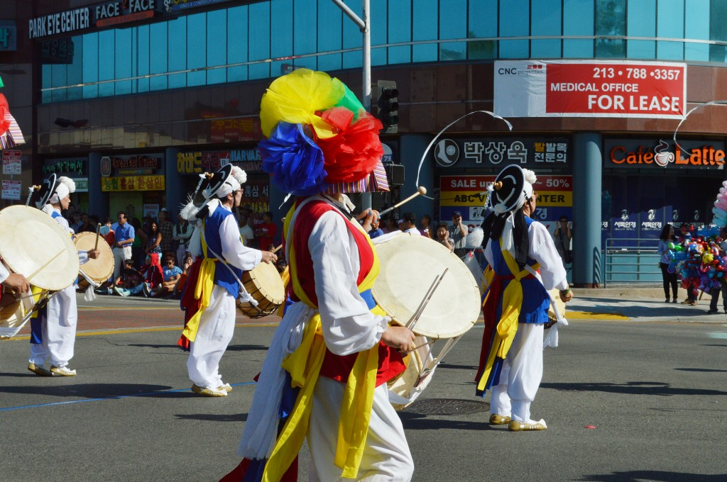 Drummers and dancers put on a show during the Korean Parade in Los Angeles' Koreatown Saturday. (The Korea Times)
