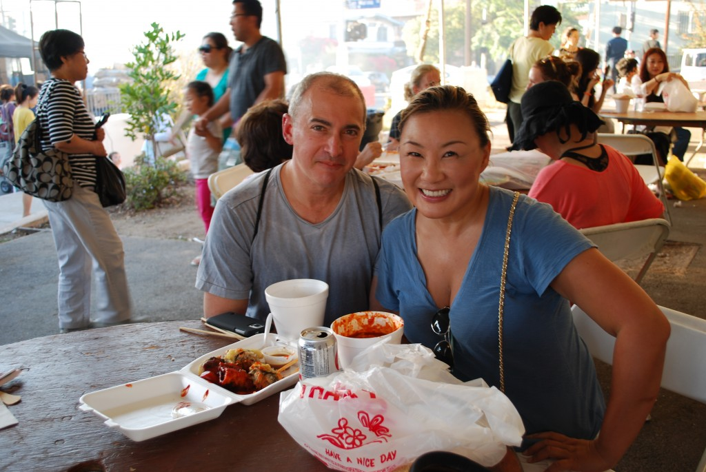 Marc Girsky, left, and his wife, Kim Hae-jung, enjoy food from vendors at the 41st Los Angeles Korean Festival on Saturday. (Brian Han/The Korea Times)