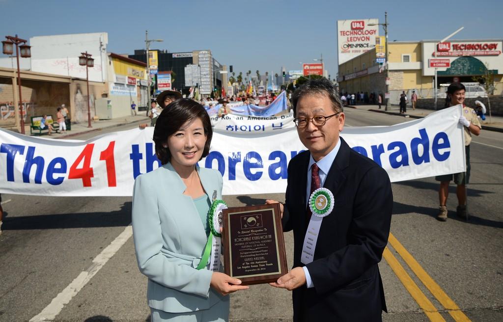 Korean National Assembly Member Na Kyung-won, left, poses with Korea Times Los Angeles President Jang Jae-min at the Korean Parade Saturday. (Park Sang-hyuk/The Korea Times)