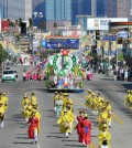 The Korean Parade comes down Olympic Boulevard Saturday in Los Angeles' Koreatown. (Park Sang-hyuk/The Korea Times)
