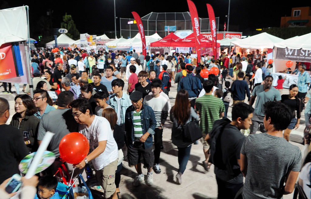 Crowds at the 41st Los Angeles Korean Festival's marketplace. (The Korea Times)