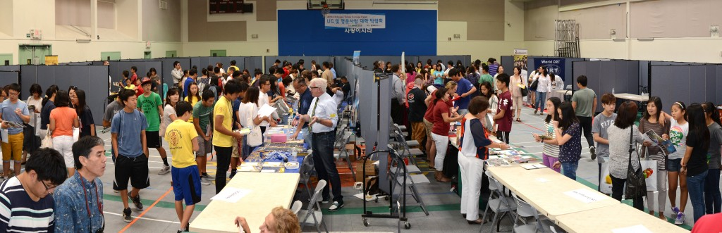 Parents and students browse booths at The Korea Times College Expo held inside Sa-rang Community Church in Anaheim Saturday. (Kim Young-jae/The Korea Times)