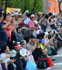 Spectators watch the Korean Parade Saturday in Los Angeles' Koreatown. (The Korea Times)