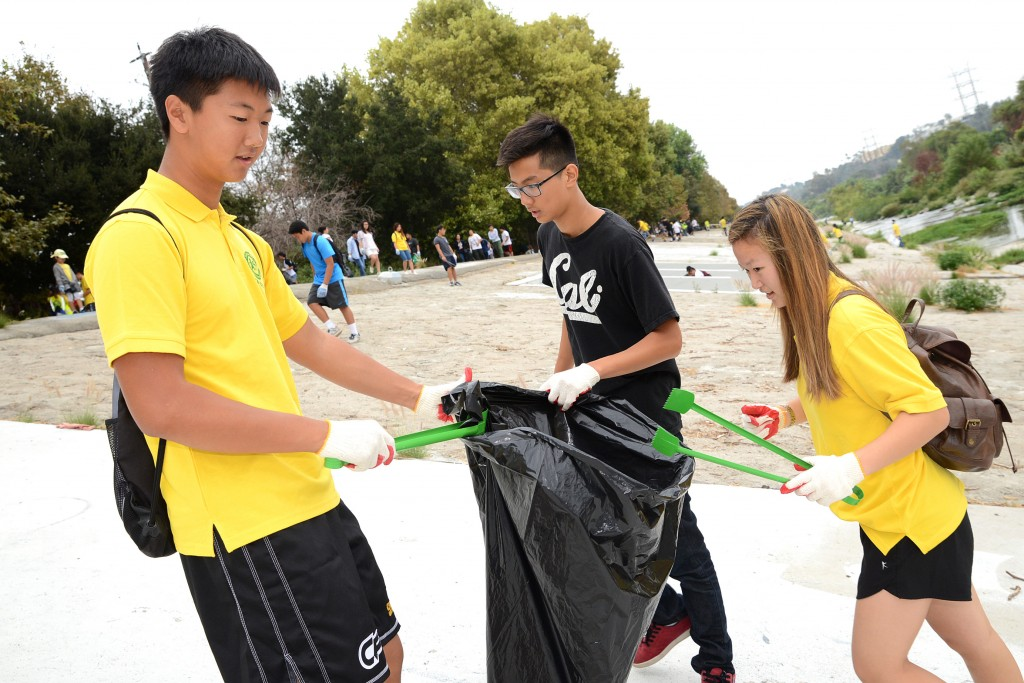 Students clean up a river near Glendale, Calif. Saturday as a part of Coastal Cleanup Day 2014. (Kim Young-jae/The Korea Times)