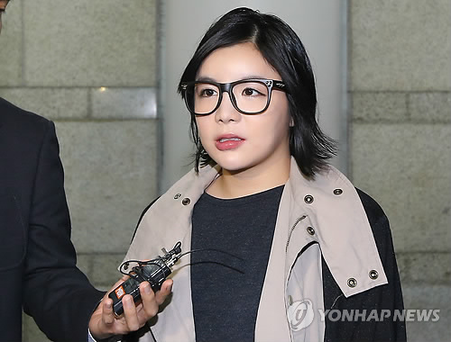 Amy talks to a reporter on her way to the courtroom. (Yonhap)
