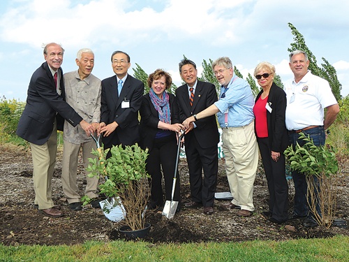 1492 Green Club President Baek Young-hyun, second from left, poses with New York Korean Consul General Son Se-joo, Bergen County Executive Katherine Donovan and Korean American Association of New Jersey President Yoo Kang-hoon while planting the Miss Kim lilac inside New Overpeck Park.