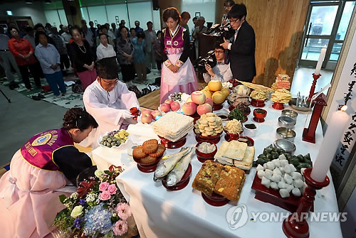 Senior citizens perform joint ancestral rites at a seniors hall in downtown Seoul on Sept. 5, 2014, ahead of Chuseok, which falls on Sept. 8.