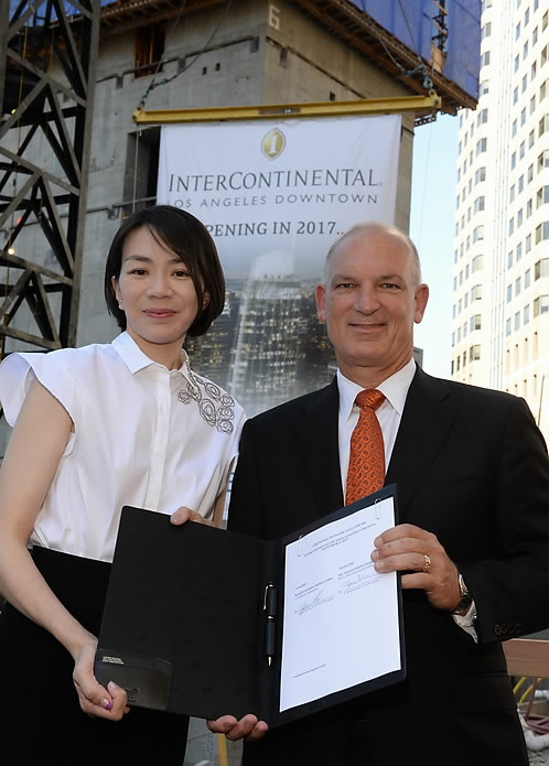 Cho Hyun-a (L), the head of the KAL Hotel Network, attends an event in Los Angeles on Sept. 23, 2014, for the signing of a contract for the InterContinental Hotel Group to operate the Wilshire Grand Hotel in downtown Los Angeles. Kirk Kinsell, president of the Americas at InterContinental Hotels Group (IHG), is at right. (Yonhap)