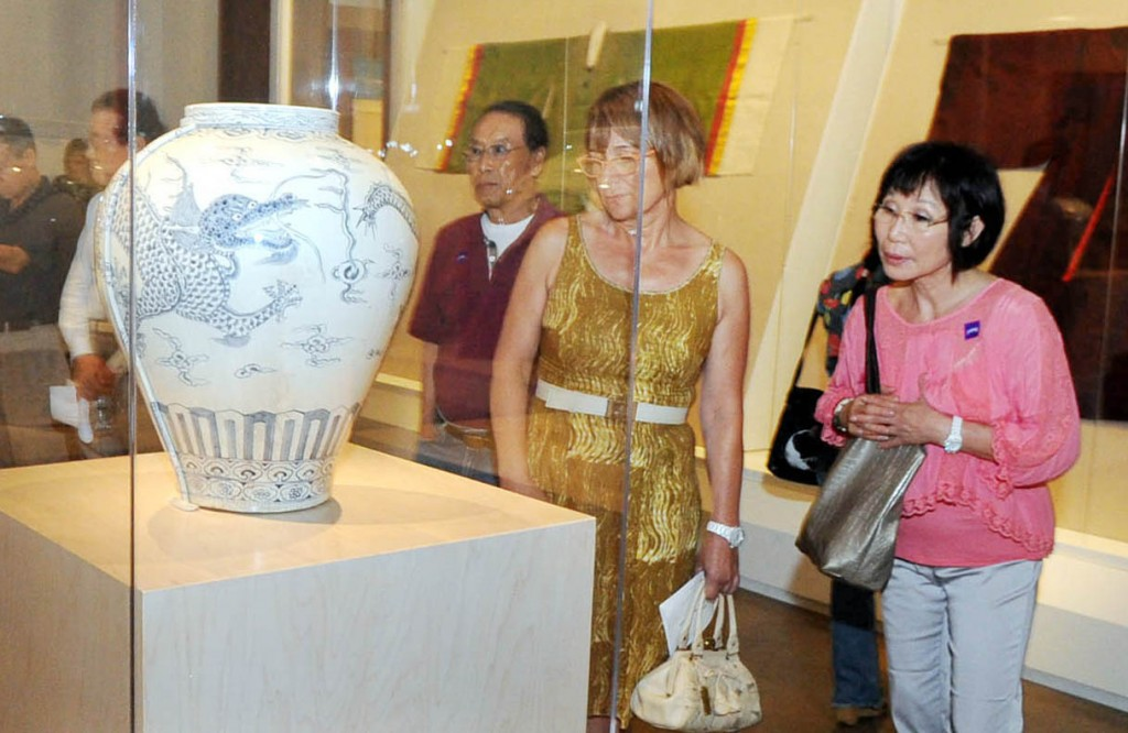 "Visitors browse ""Treasures From Korea: Arts and Culture of the Joseon Dynasty, 1392-1910,"" at the Los Angeles County Museum of Art . (Korea Times)"
