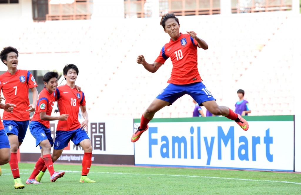 Lee Seung-woo celebrates after scoring a goal against Japan. (Yonhap)