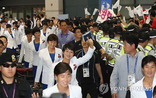 North Korean athletes arrive at Incheon International Airport Thursday for the Asian Games. (Yonhap)