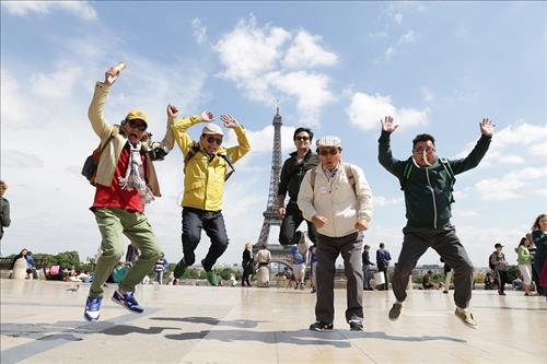 """Grandpas Over Flowers,"" a reality show about five actors in their 70s going on a backpack tour around the world, was a smash hit when it was aired on the cable channel tvN last year. (Yonhapnews)"