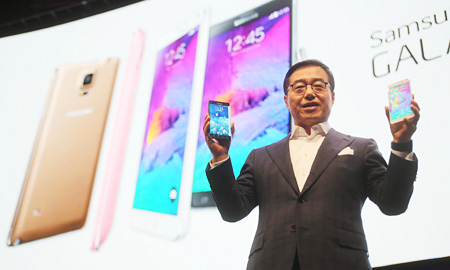 "Lee Don-joo, head of strategic marketing for Samsung Electronics' mobile business division, speaks about the company's new smartphone, the ""Galaxy Note 4,"" during an unpacking event in Berlin, Wednesday, two days before the opening of the IFA 2014. (Courtesy of Samsung Electronics)"