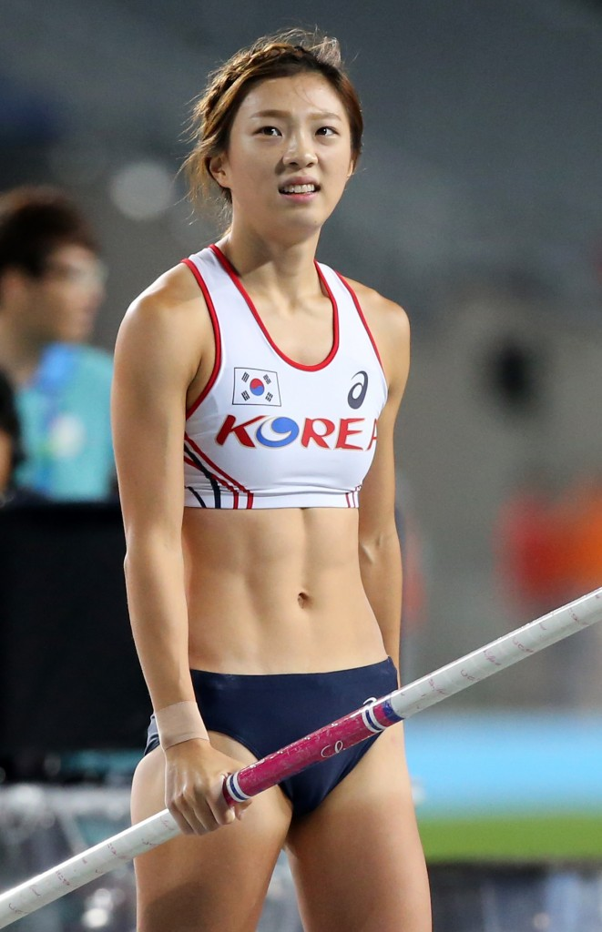 Despite settling for 4th in women's pole vault, Choi Ye-eun's popularity is soaring.  (Yonhap)