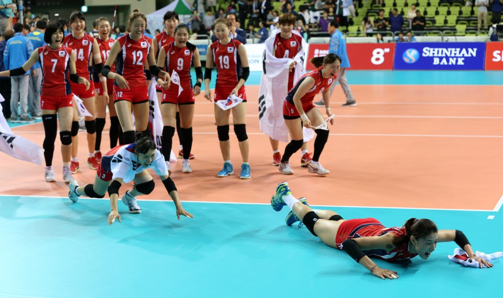 Kim Yeon-koung leads the   celebration  after defeating China. (Yonhap)