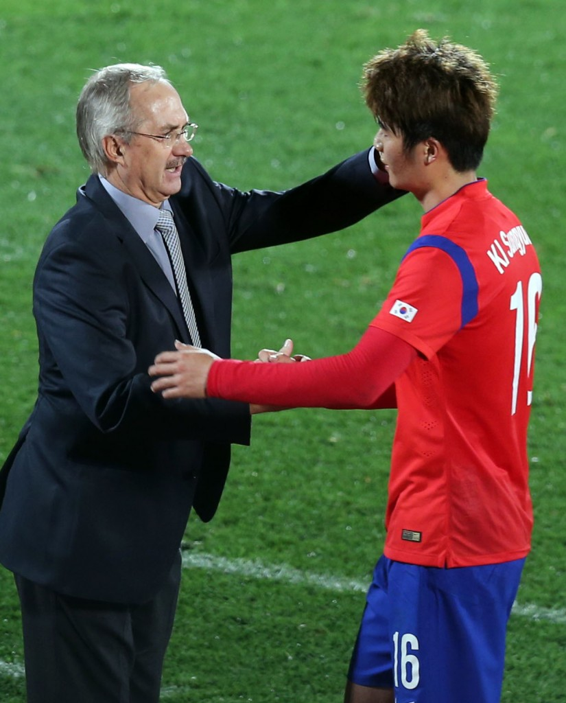 Coach Uli Stielike congratulates Ki Sung-yeung for job well-done as he makes a second half substitution. (Yonhap)
