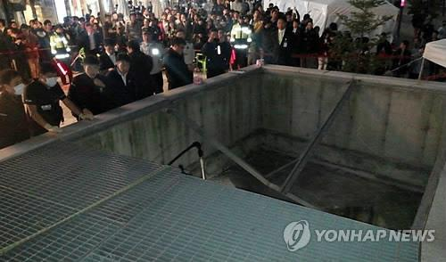 Officials inspect a ventilation facility at Pangyo Techno Valley in Seongnam, Gyeonggi Province, where more than 20 people fell from a 10-meter height while watching a concert on Oct. 17, 2014. (Yonhap)
