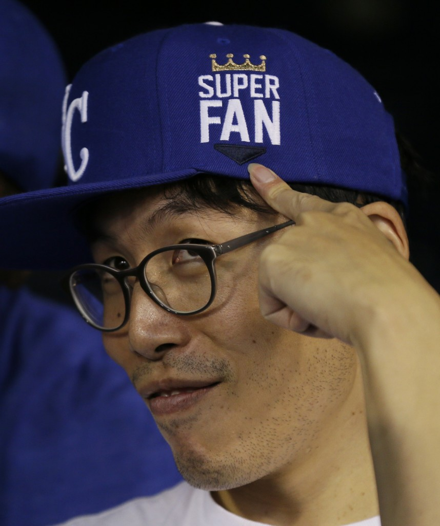 "Kansas City Royals fan Sung Woo Lee, from South Korea, shows off his ""super fan' cap. (AP)"