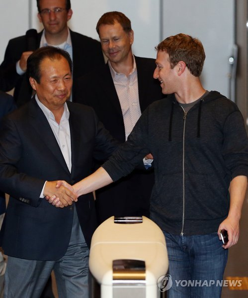 Facebook CEO Mark Zuckerberg may align with Samsung as they both foray into virtual reality products.