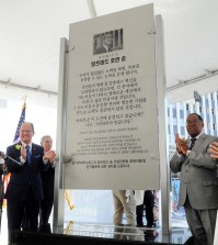 The Alfred H. Song memorial at Wilshire-Western Metro station was revealed Oct. 3. Left to right: USC President Max Nikias, L.A. County Supervisor Mark Ridley-Thomas, Leslie Song. (Park Sang-hyuk/The Korea Times)