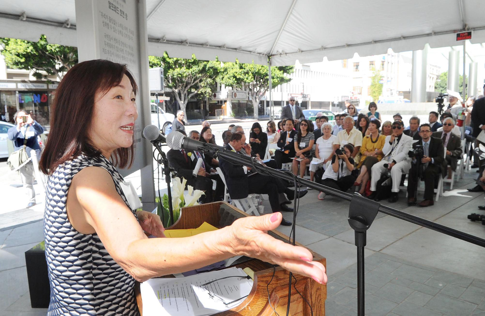 Leslie Song gives a speech at the unveiling ceremony of the Alfred H. Song memorial Oct. 3. (Park Sang-hyuk/The Korea Times)