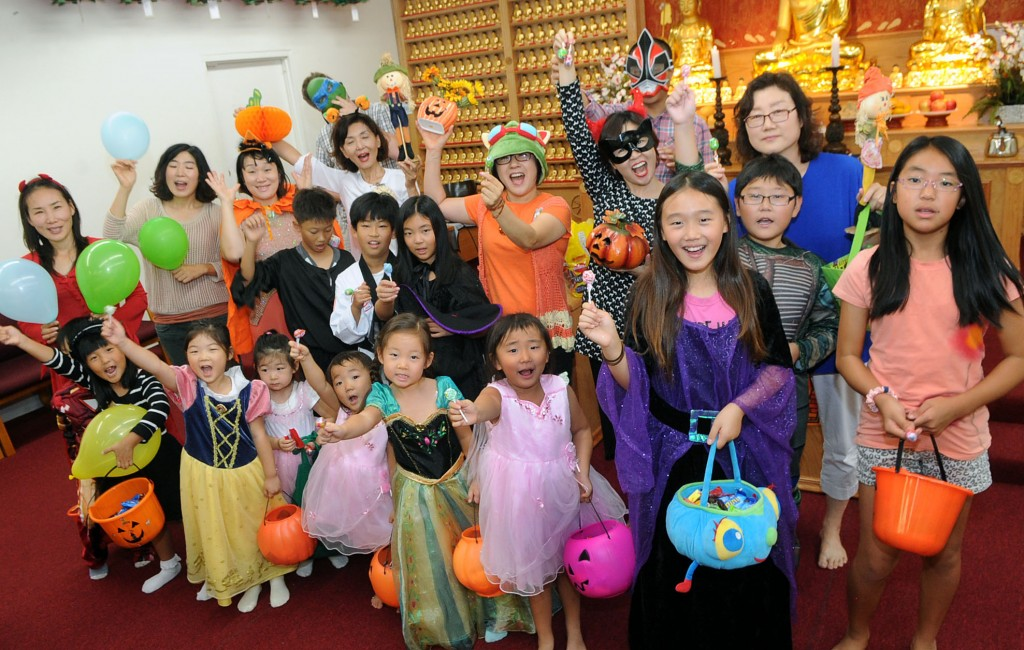 Korean American children gather to celebrate Halloween at Jung Hye Sa Buddhist Temple in Anaheim Thursday. (Park Sang-hyuk/The Korea Times)