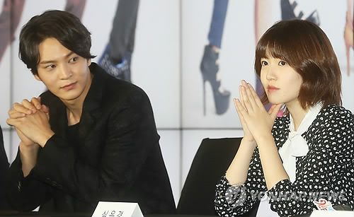 "Joo Won, left, and Shim Eun-kyung attend a press conference held for ""Tomorrow's Cantabile"" in Seoul on Oct. 8. (Yonhap)"