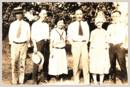 Independence fighter Ahn Chang-ho, third from right, during his 1925 visit to Chicago with Jang Yi-wook, second from left.