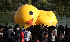 A giant rubber duck deflates on Seokchon Lake in Jamsil, eastern Seoul, Tuesday, the first day of its one-month run in Korea.  (Yonhap)