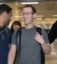 Facebook CEO Mark Zuckerberg arrives at Incheon International Airport on Oct. 14. (Yonhap)