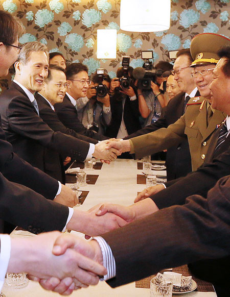 National Security Office chief Kim Kwan-jin, left, shakes hands with North Korea's National Defense Commission Vice Chairman Hwang Pyong-so during the northern delegation's visit to Incheon in Octover. Hwang was accompanied by Choe Ryong-hae, first on the right, and Kim Yang-gon, third on the right, both secretaries in the reclusive regime's ruling Workers' Party.  (Yonhap)