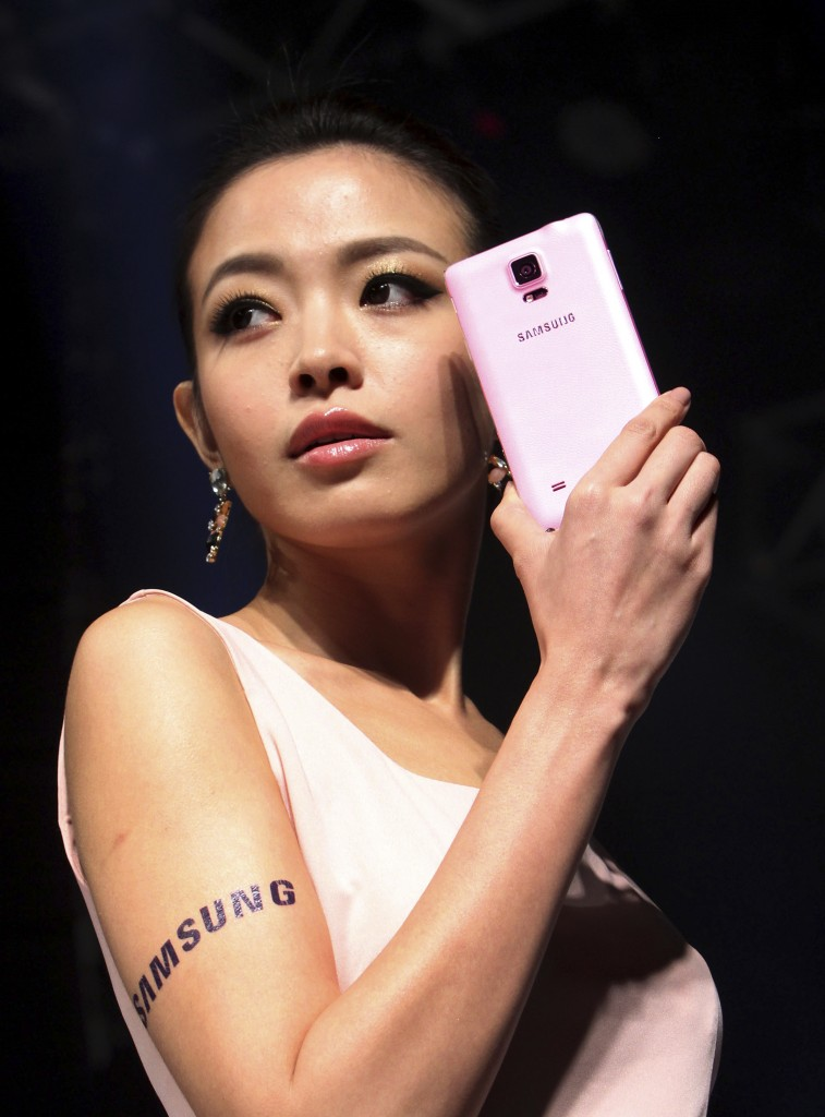 A Taiwanese model perform Samsung Note4 during Samsung's media event in Taipei, Taiwan, Monday, Sept. 30, 2014. The Samsung Galaxy Note4 sells for NT$24,900, US$ 815 in Taiwan.(AP Photo/Chiang Ying-ying)
