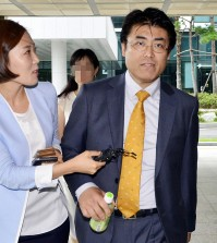 Tatsuya Kato, right, head of the Seoul bureau of Japan's Sankei Shimbun newspaper, was indicted on defamation charges.    (NEWSis)