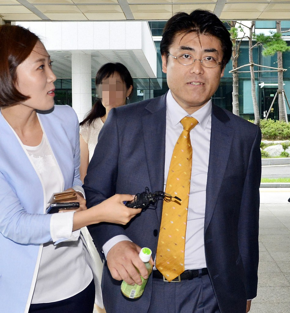 Tatsuya Kato, right, head of the Seoul bureau of Japan's Sankei Shimbun newspaper, was indicted on defamation charges  Wednesday. (NEWSis)