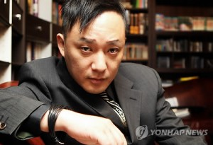 Shin Hae-chul, who represented the Korean rock scene in the 1990s, was pronounced dead on Monday five days after falling into a comma following a massive heart attack, hospital officials said. He was 46 years old. (Yonhap)