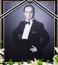 A portrait of the late singer-songwriter Shin-Hae chul is placed on the top of his memorial altar set up in Asan Medical Center in Songpa, southern Seoul. (Yonhap)