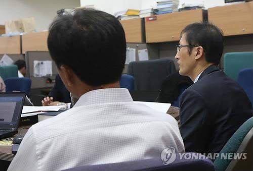 Kim, Lee's husband, and (Yonhap)