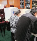 Korean Americans vote at a Koreatown location in Los Angeles Tuesday. (Park Sang-hyuk/The Korea Times)