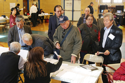 New York voters line up at PS20 Elementary School Tuesday. (The Korea Times)