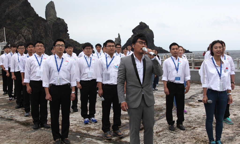 "Lee Seung-chul performed the song ""That Day,"" featuring Koreans' long-cherished aspiration for inter-Korean reunification, together with a choir composed of young North Korean defectors in South Korea on Aug. 14, 2014. (Yonhap)"